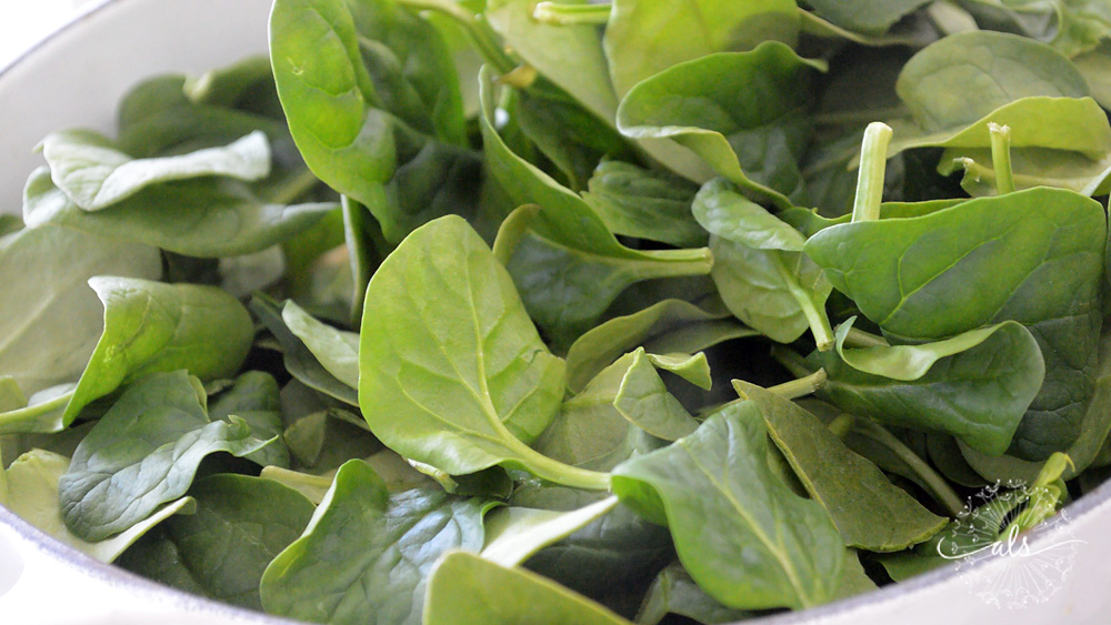 Adding fresh spinach to the broth