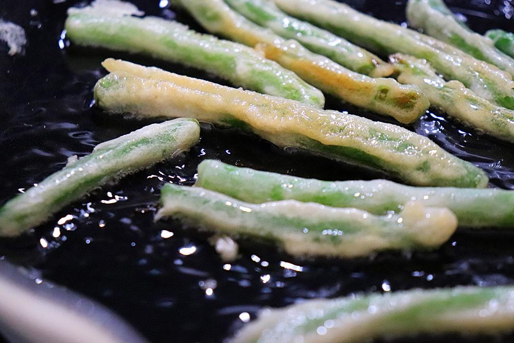 Frying green beans until golden